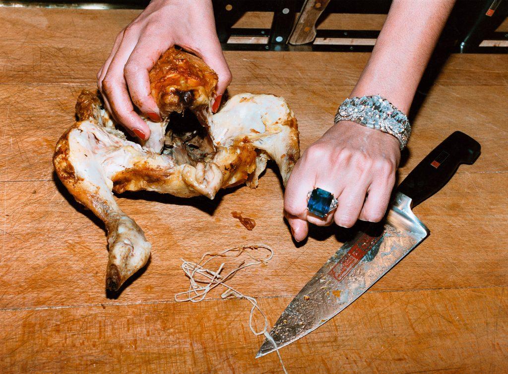 HELMUT-NEWTON_007_Chicken,-French-Vogue,-Paris,-1994-(c)-Foto-Helmut-Newton,-Helmut-Newton-Estate-Courtesy-Helmut-Newton-Foundation