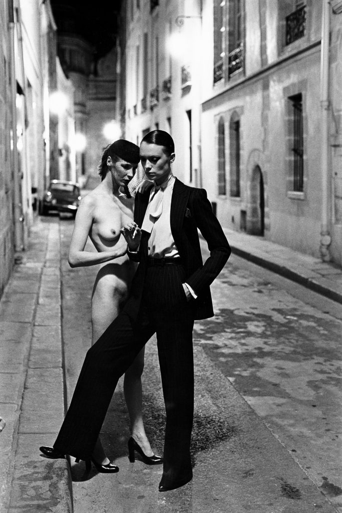 HELMUT-NEWTON_005_Rue-Aubriot,-Paris,-1975-(c)-Foto-Helmut-Newton,-Helmut-Newton-Estate-Courtesy-Helmut-Newton-Foundation